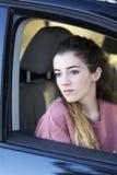 Adolescente que mira hacia fuera la ventana de su coche Foto de archivo