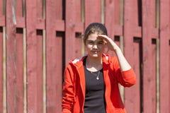 Adolescente que mira la cámara Imagen de archivo libre de regalías