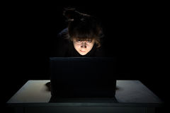 Adolescente que mira la película Imagen de archivo libre de regalías