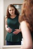 Adolescente que mira la reflexión en espejo Fotografía de archivo