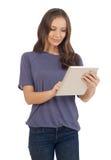 Adolescente que mira la tableta Imágenes de archivo libres de regalías