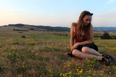 Adolescente que mira las flores en sus zapatos foto de archivo libre de regalías