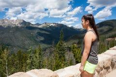 Adolescente que mira las montañas Fotos de archivo libres de regalías