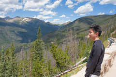 Adolescente que mira las montañas Imagen de archivo