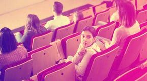 Adolescente que mira lejos de la pantalla Imágenes de archivo libres de regalías
