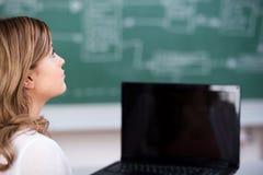 Adolescente que mira lejos en sala de clase Imágenes de archivo libres de regalías