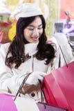 Adolescente que mira los panieres la alameda Imagen de archivo libre de regalías
