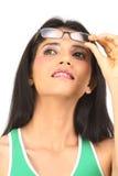 adolescente que mira para arriba con las lentes Imagen de archivo libre de regalías