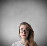 Adolescente que mira para arriba y que piensa en algo Foto de archivo libre de regalías