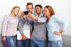 Adolescente que mira smartphone Fotografía de archivo