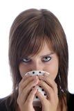Adolescente que mira sobre de una taza Fotos de archivo