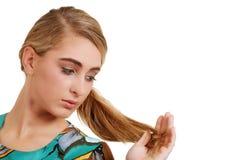 Adolescente que mira su pelo Imagenes de archivo