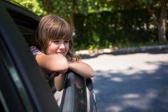 Adolescente que mira a través de la ventanilla del coche Fotos de archivo
