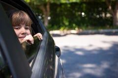 Adolescente que mira a través de la ventanilla del coche Imagen de archivo