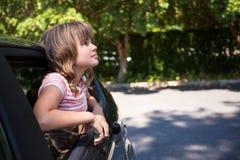 Adolescente que mira a través de la ventanilla del coche Fotografía de archivo