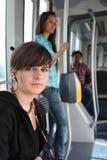 Adolescente que monta la tranvía Imagen de archivo