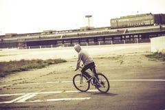 Adolescente que monta su bici Imágenes de archivo libres de regalías