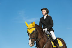 Adolescente que monta un caballo Fotos de archivo libres de regalías