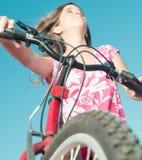 Adolescente que monta una bici Foto de archivo