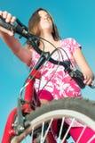 Adolescente que monta una bici Fotografía de archivo