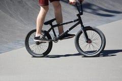 Adolescente que monta una bici en una montaña rusa especial Fotos de archivo libres de regalías