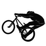 Adolescente que monta una bicicleta de BMX en BW Foto de archivo libre de regalías