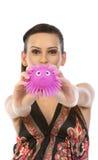 Adolescente que mostra o brinquedo macio cor-de-rosa fotos de stock