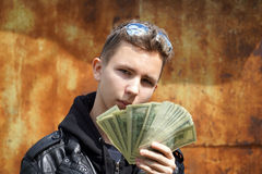 Adolescente que muestra apagado su dinero Fotos de archivo libres de regalías
