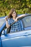 Adolescente que muestra apagado sus llaves del coche Foto de archivo
