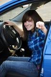 Adolescente que muestra apagado sus llaves del coche Imagen de archivo libre de regalías