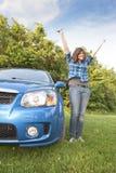 Adolescente que muestra apagado sus llaves del coche y feliz Fotos de archivo