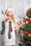Adolescente que muestra calcetines del Año Nuevo y de la Navidad Foto de archivo