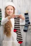 Adolescente que muestra calcetines del Año Nuevo y de la Navidad Fotos de archivo