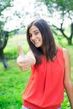 Adolescente que muestra el pulgar para arriba Fotos de archivo libres de regalías
