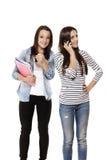 Adolescente que muestra el pulgar para arriba mientras que su amigo está en t Fotografía de archivo