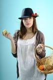 Adolescente que muestra la cesta de pascua Imagen de archivo libre de regalías