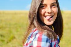 Adolescente que muestra la lengua Fotografía de archivo libre de regalías