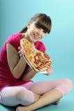 Adolescente que muestra la pizza Imagen de archivo