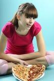 Adolescente que muestra la pizza Fotografía de archivo libre de regalías