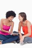 Adolescente que muestra a su amigo algo Foto de archivo