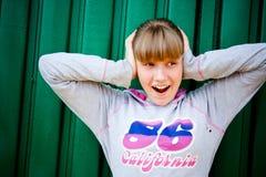 Adolescente que oculta de ruido Foto de archivo