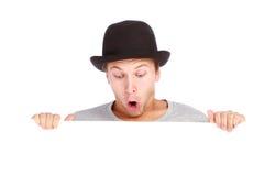 Adolescente que oculta detrás de una cartelera Imagenes de archivo
