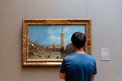 Adolescente que olha a pintura no museu de arte metropolitano imagens de stock
