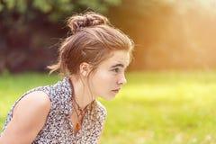 Adolescente que parece concentrado Fotos de archivo libres de regalías