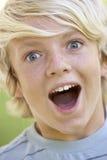 Adolescente que parece excitado Fotos de archivo libres de regalías