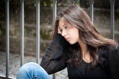 Adolescente que parece pensativo sobre apuros Foto de archivo