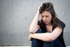 Adolescente que parece pensativo sobre apuros Fotografía de archivo