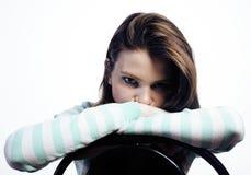 Adolescente que parece preocupado aislado en el fondo blanco Imágenes de archivo libres de regalías