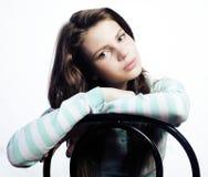 Adolescente que parece preocupado aislado en el fondo blanco Imagen de archivo