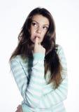 Adolescente que parece preocupado aislado en el fondo blanco Fotos de archivo libres de regalías